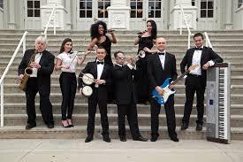 Zespół weselny prowadzi przywitanie Pary Młodej