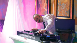 DJ Robert Koss podczas prowadzenia wesela